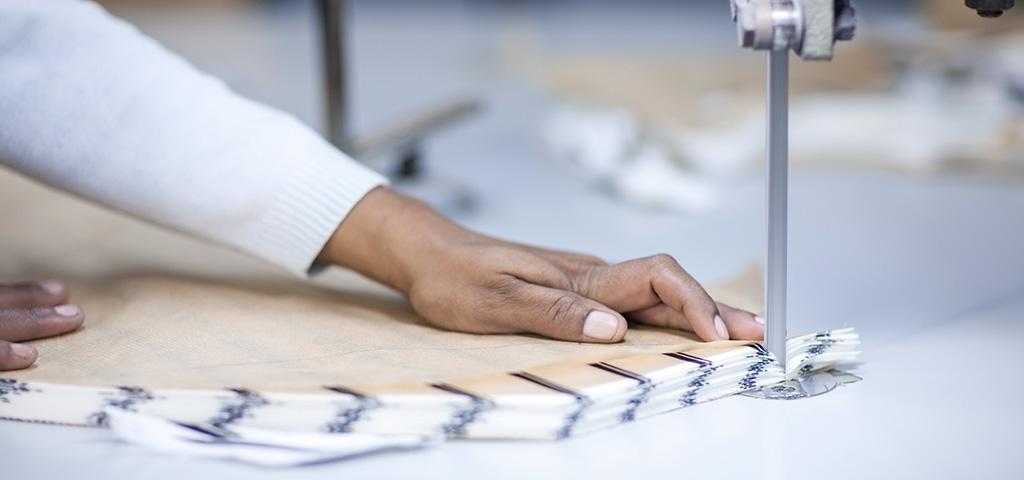 Frauenhand auf Nähmaschine in Textilfertigung in Äthiopien
