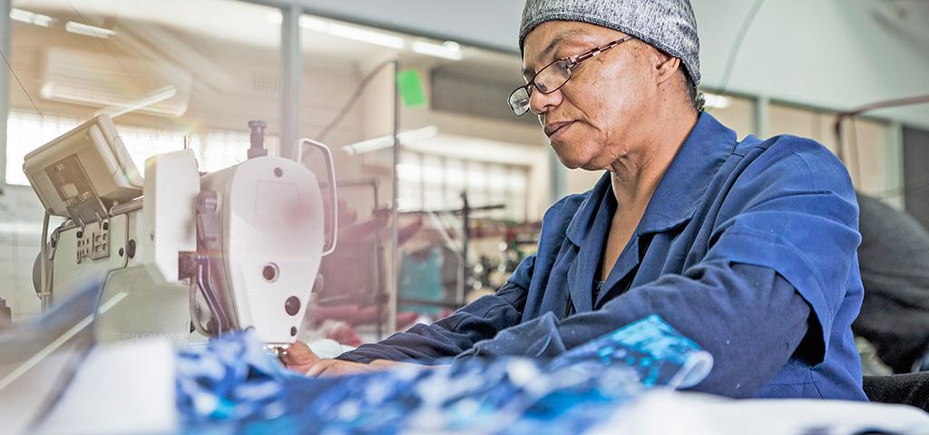 Arbeiterin an einer Nähmaschine in einer Textilfabrik in Äthiopien