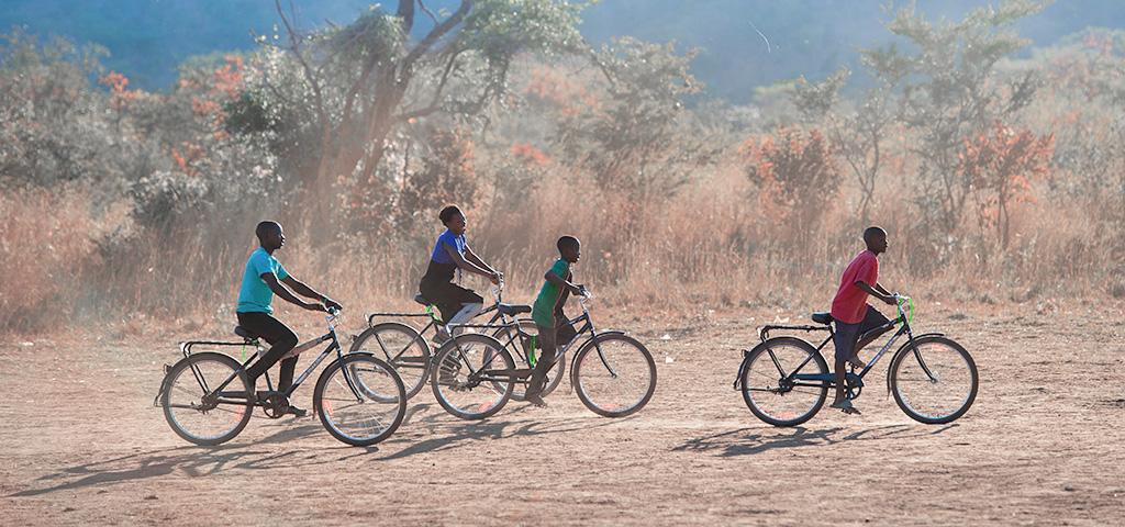 Menschen auf Fahrrädern in Afrika.