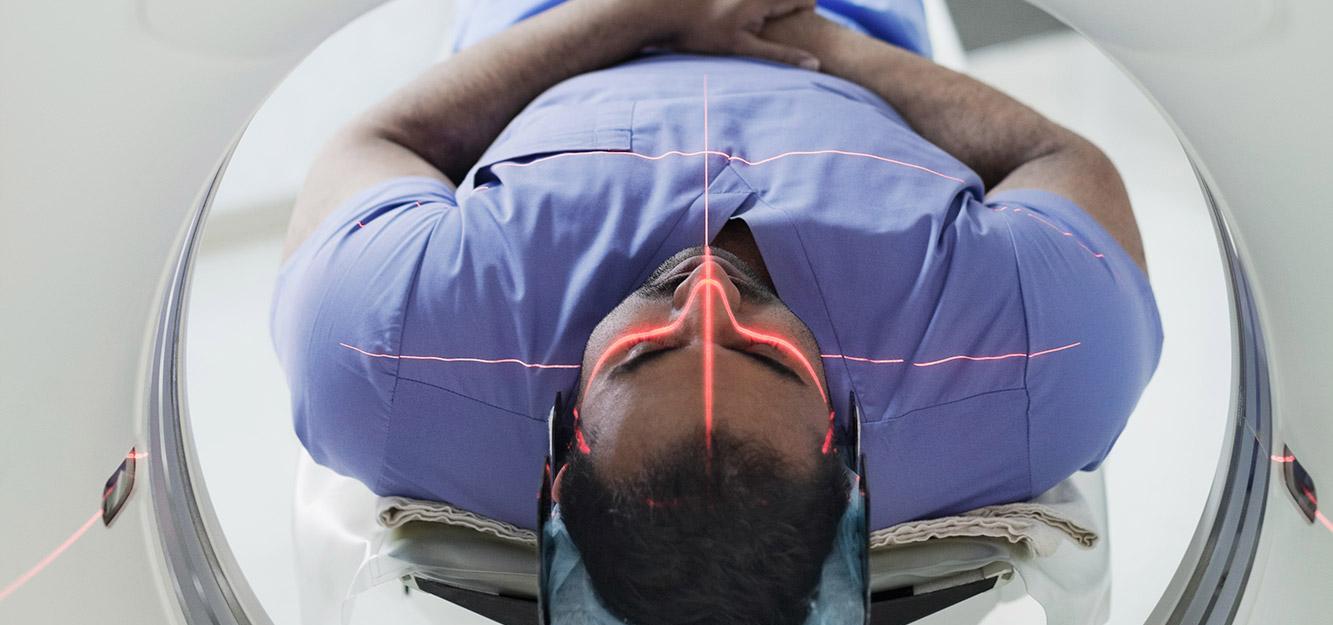 Erwachsener männlicher Patient, der sich einer CT-Untersuchung unterzieht