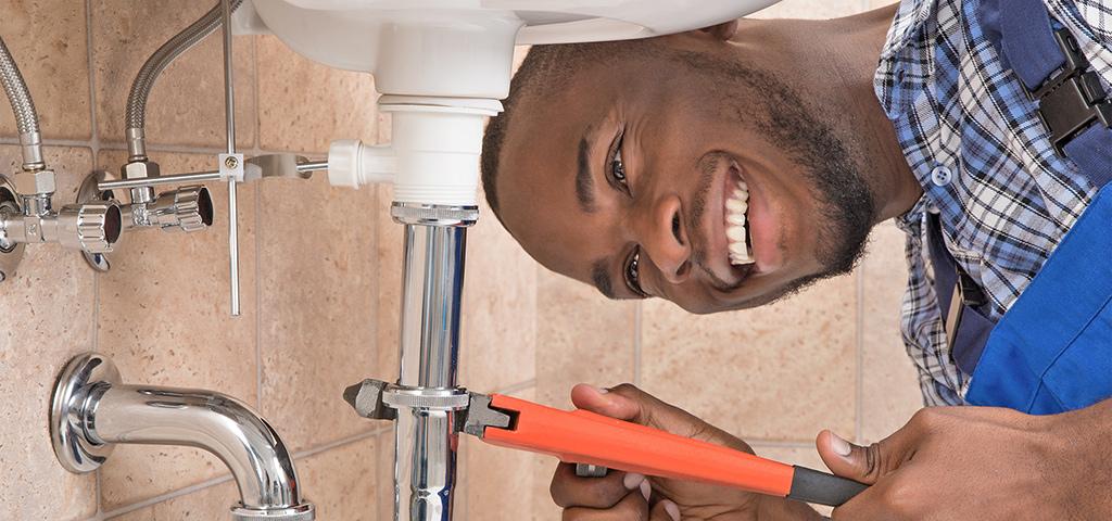 Sanitärinstallateur montiert Waschbecken