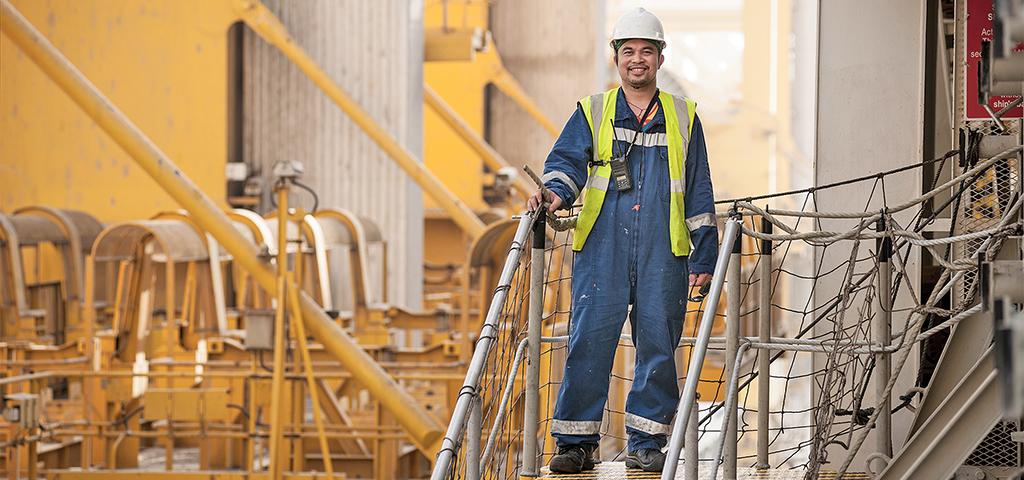 Porträt eines Arbeiters auf einem Frachtschiff.