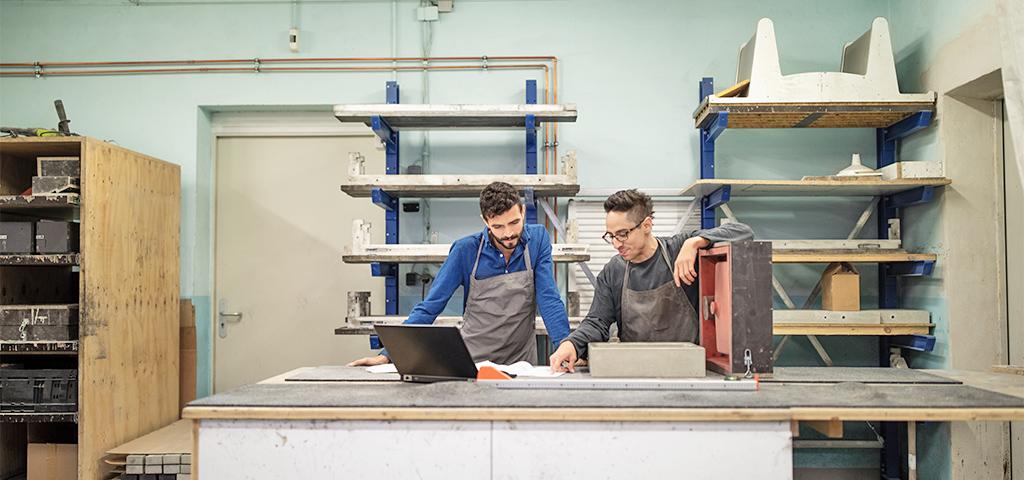 Besprechung zwischen Kollegen in der Werkstatt ©GettyImages/Luis Alvarez