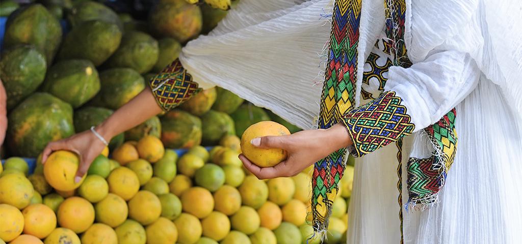 Äthiopische Frau holt Früchte vom Markt
