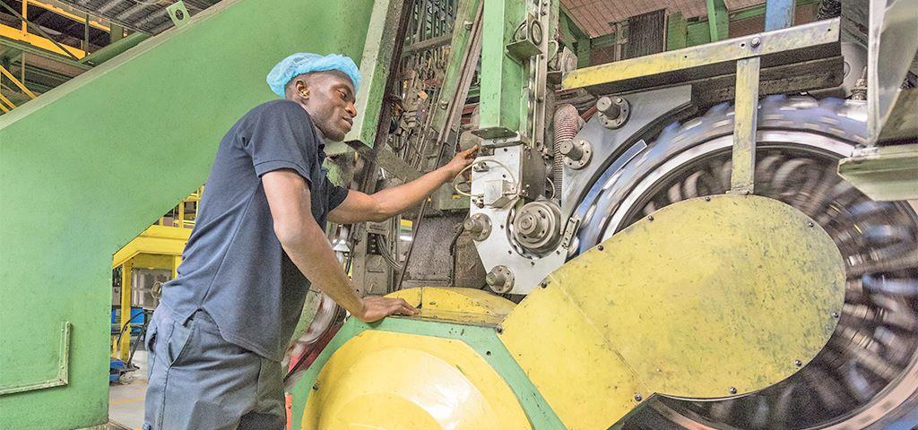 Industriearbeiter inspiziert Maschine