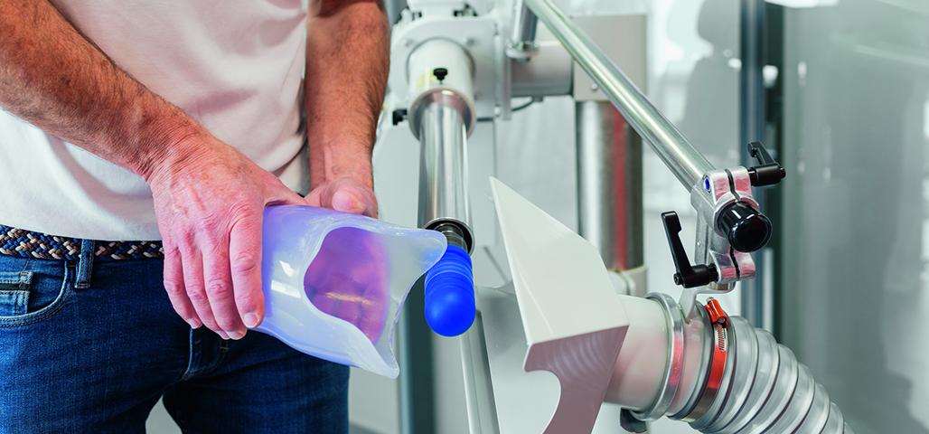 Orthopädietechniker fertigt Schaft für eine Unterschenkelprothese an
