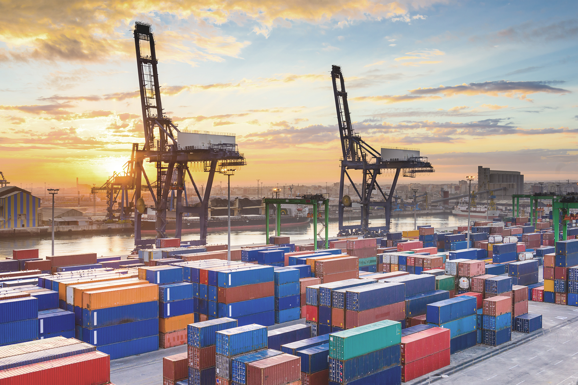Güterzüge und Container an einem Terminal