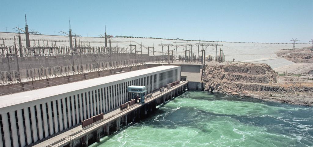Der Assuan-Staudamm, der den größten künstlichen See der Welt, geschaffen hat und Strom für Ägypten erzeugt.