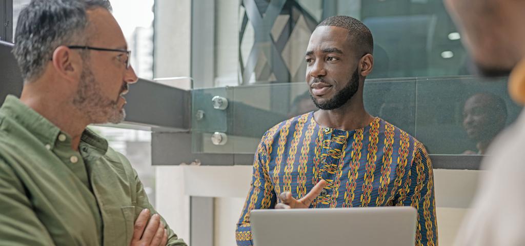 Geschäftsleute besprechen Projektideen