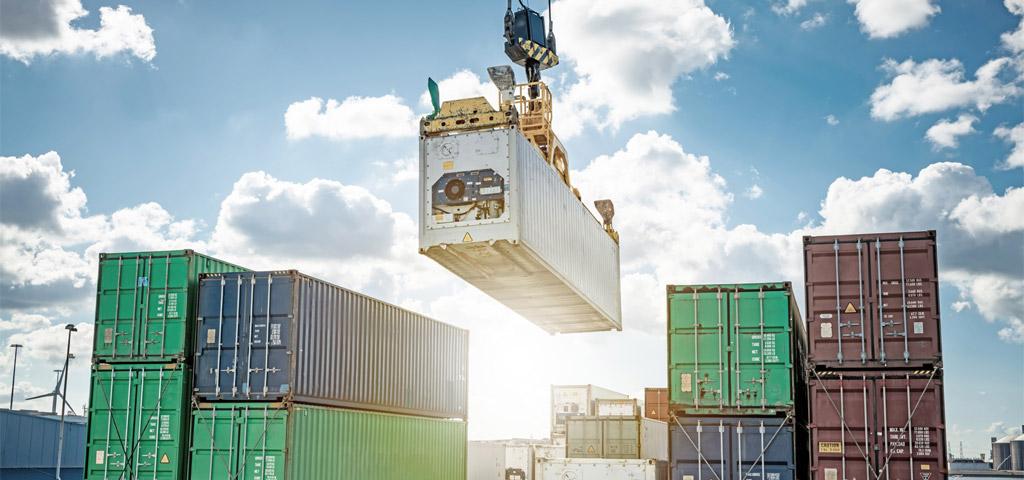 Kühlcontainer wird auf ein Containerschiff verladen
