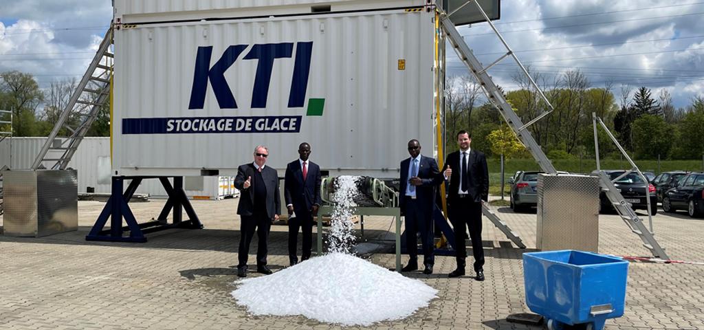 Besuch des senegalesischen Botschafters in Balzheim vor einer Containerisierten Eisanlage – 10 Tonnen pro Tag – mit manuellem Eislager.