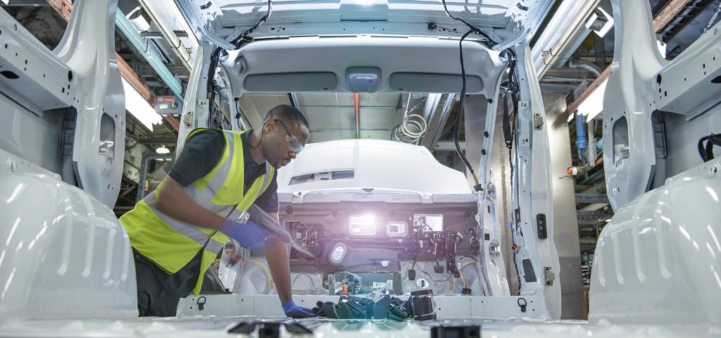 Arbeiter in Autofabrik