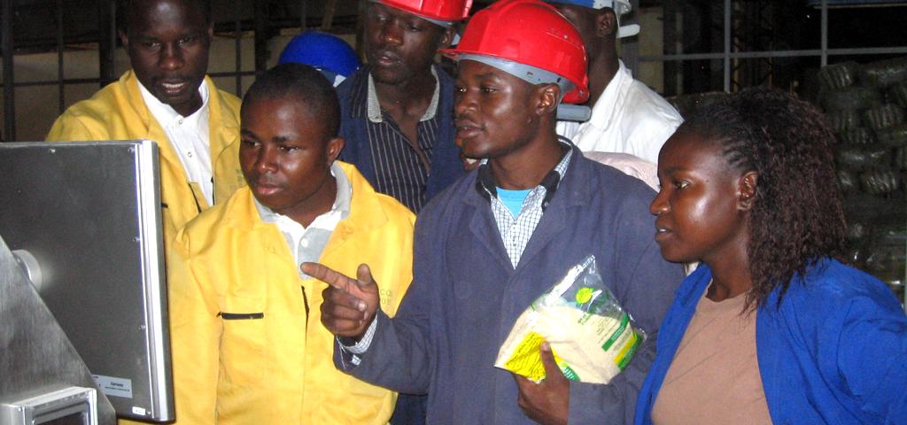 Einweisung von Mitarbeitern in die Bedienung einer Fawema-Verpackungsmaschine